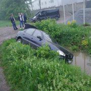 На Прикарпатті знову ДТП: авто перекинулося у канаву