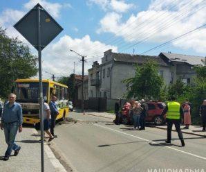 Через зіткнення легковика і маршрутки в Івано-Франківську постраждали 8 людей