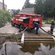 """Рятувальники відкачали і відвели 6460 куб. метрів води з """"КАРПАТНАФТОХІМу"""""""