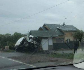 На Прикарпатті 17-річний водій на вантажівці злетів з дороги: двоє людей у лікарні. Деталі аварії. ФОТО