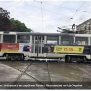 У Харкові трамвай зійшов з рейок і врізався в автівку, постраждали жінка з дитиною