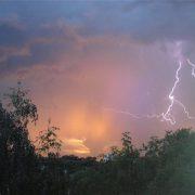 Штормове попередження: на Прикарпатті очікують грози, град та сильний вітер