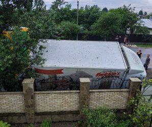 На Прикарпатті вантажівку знесло з дороги