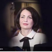"""""""Ну що, будемо стрибати"""": у Росії мер міста впала у костюмі в багнюку під час інспекції"""