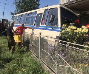 На Прикарпатті автобус з людьми злетів з дороги та в'їхав на подвір'я (ФОТО)