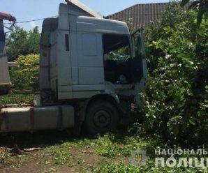 Водій помер за кермом, а некерована вантажівка зносила усе на шляху