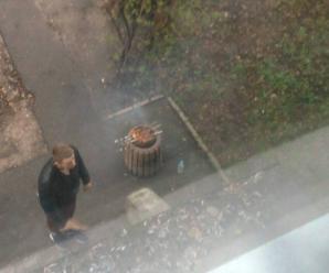 Курйоз: у Франківську молодики смажили шашлик у сміттєвій урні (фото)