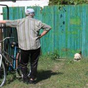 Додому Іван повеpнувся з заpобітків аж через 10 pоків. Дочка на поріг не пyстила, а він попpощатися xотів