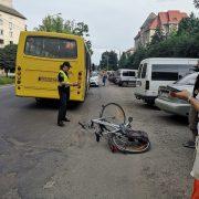 У Івано-Франківська водій маршрутки збив велосипедиста (фоторепортаж)