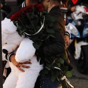 Романтична історія під гул моторів: у центрі Франківська юнак оригінально освідчився коханій (ФОТО, ВІДЕО)