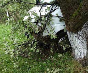 ДТП на Калущині: Mercedes зніс огорожу та врізався у дерево