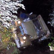 """""""Від отриманих тілесних ушкоджень водій помер на місці події"""": У Закарпатській обл. вантажівка перекинулася у річку"""