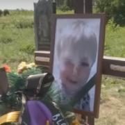 Мати так і не прийшла: в Хмельницькій області поховали малюка з валізи. Відеофакт