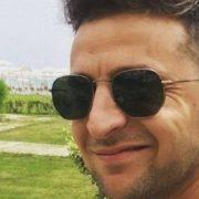 Загоряє у плавках: Зеленський показав фото з одеського пляжу