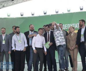 Ринок землі, медицина, освіта та пенсія: У Зеленського відповіли на найважливіші для українців запитання
