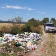 Величезне сміттєзвалище влаштували серед поля у селі на Прикарпатті (відео)