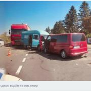 Під Коломиєю сталася ДТП за участі тягача — травмовано трьох людей. ФОТО