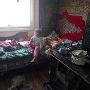 Брудне ліжко та нелюдські умови: на Прикарпатті батьки занедбали 5-річну дитину. ФОТО