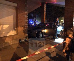 Вечірня ДТП у Франківську: автомобіль вилетів на тротуар і врізався в магазин (ФОТО)