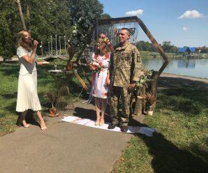 """100-й """"Шлюб за добу"""". У міському парку Калуша одружився ветеран АТО. ФОТО"""