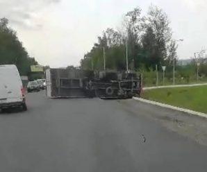 На Прикарпатті перекинулася вантажівка (відео)