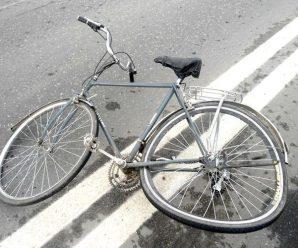На Калущині автівка наїхала на велосипедиста, що сидів на дорозі