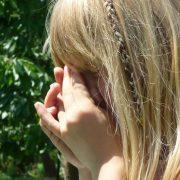 Благала матір про допомогу: 14-річну дівчину жорстоко зґвалтував рідний батько
