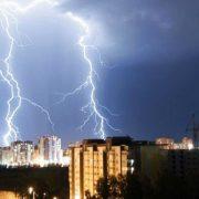 Сильні грози, град і шквальний вітер: на Західній Україні оголосили штормове попередження