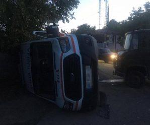 """Вантажівка на швидкості протаранила """"швидку"""", є постраждалі"""