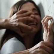 Вдарив по голові і тягнув у кущі: чоловік, намагаючись зґвалтувати дитину, порізав їй все обличчя