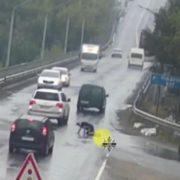 """""""Всі водії просто проїжджали повз"""": Жінка помирала на дорозі і ніхто їй не допоміг(ВІДЕО)"""