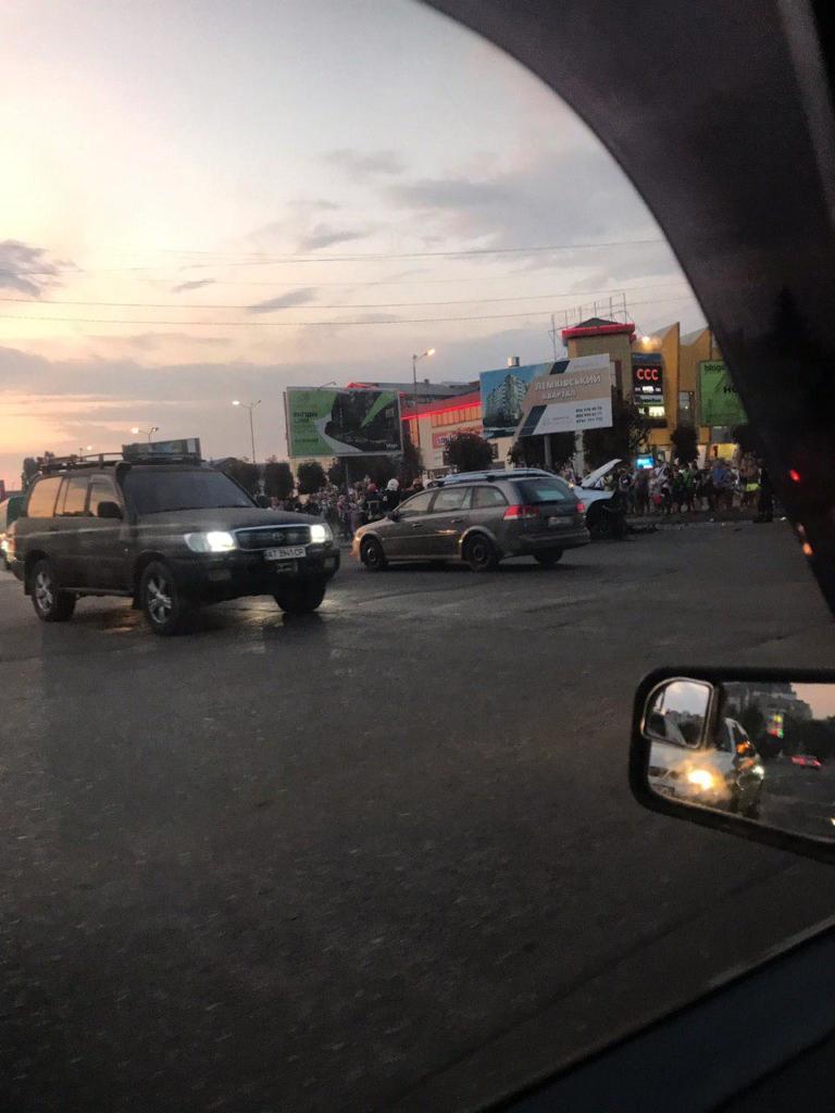 """У Франківську серйозна ДТП біля """"Велесу"""" - позашляховики розбилися вщент. ФОТО 2"""