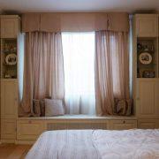 Шафи навколо вікна — це не тільки красиво, але і дуже практично. Ідеї для натхнення