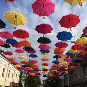 В середмісті Франківська підвісять сотню парасольок