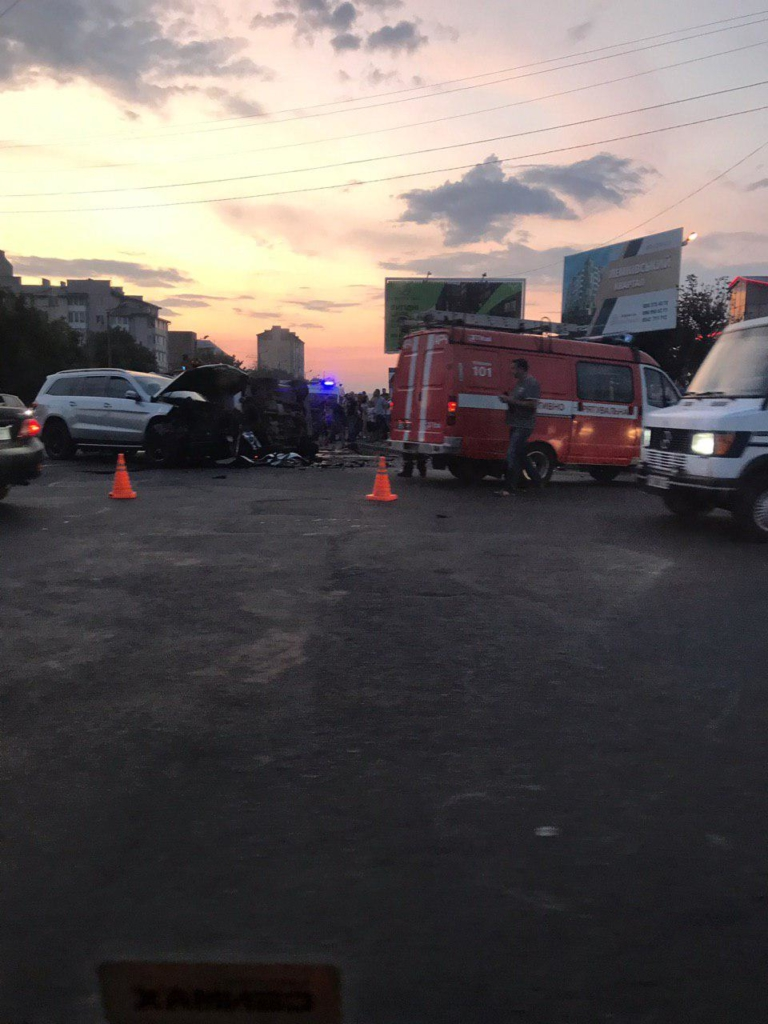 """У Франківську серйозна ДТП біля """"Велесу"""" - позашляховики розбилися вщент. ФОТО 1"""