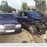 У центрі Калуша автівка влетіла в електроопору. ФОТО