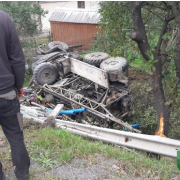 ДТП на Івано-Франківщині: вантажівка злетіла з дороги і перекинулась (ФОТО/ВІДЕО)