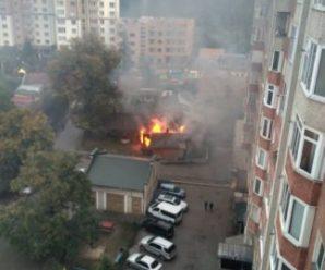 У Франківську в центрі міста горить будинок. ВІДЕО