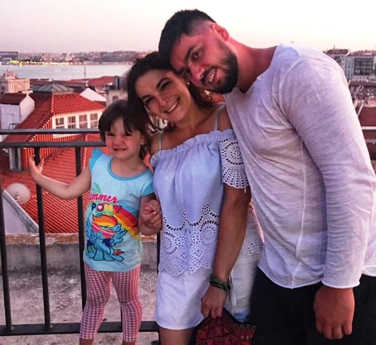 3-річна донька франківців, яку батьки залишили саму в португальському готелі, повернеться в Україну