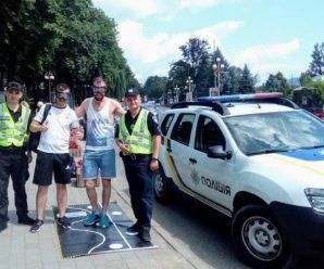 Прикарпатські поліцейські презентують водіям «п'яні» окуляри