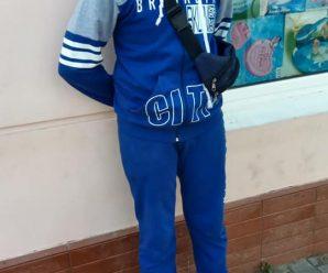 На Прикарпатті маленький хлопчик продає гумки для волосся, аби придбати шкільне приладдя (фотофакт)