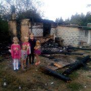 Згоріло все: на Прикарпатті багатодітна сім'я залишилася без даху над головою (фото)