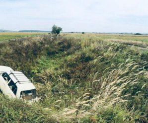 На Прикарпатті невідомі викрали автомобіль та залишили його в рові