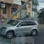 В Івано-Франківську водій на іномарці влетів у електроопору
