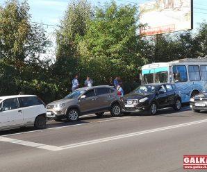 На Незалежності тролейбус розбив три машини (ФОТО)