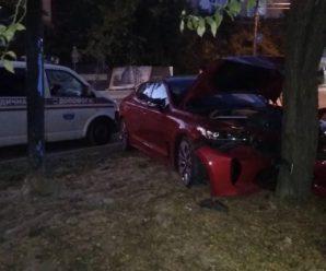 У Франківську автівка врізалася в дерево(ФОТО)
