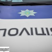 Водія, який у франківському дворі збив жінку, розшукує поліція