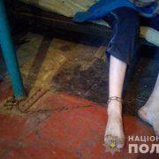 Страшно дивитися: Матір посадила сина-інваліда на ланцюг заради грошей