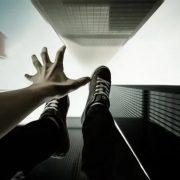 Чоловік вистрибнув з 18 поверху і впав на українця в Польщі: один загинув, інший – у важкому стані
