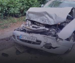 У Франківську водійка «Mitsubishi Carisma» в'їхала у припаркований причіп і розтрощила авто